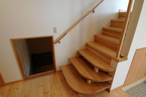 廻りこまずに上がれる円形状階段
